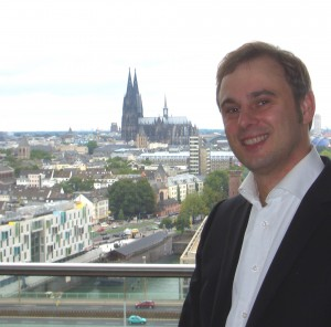 Rechtsanwalt Schörnig vor dem Kölner Dom